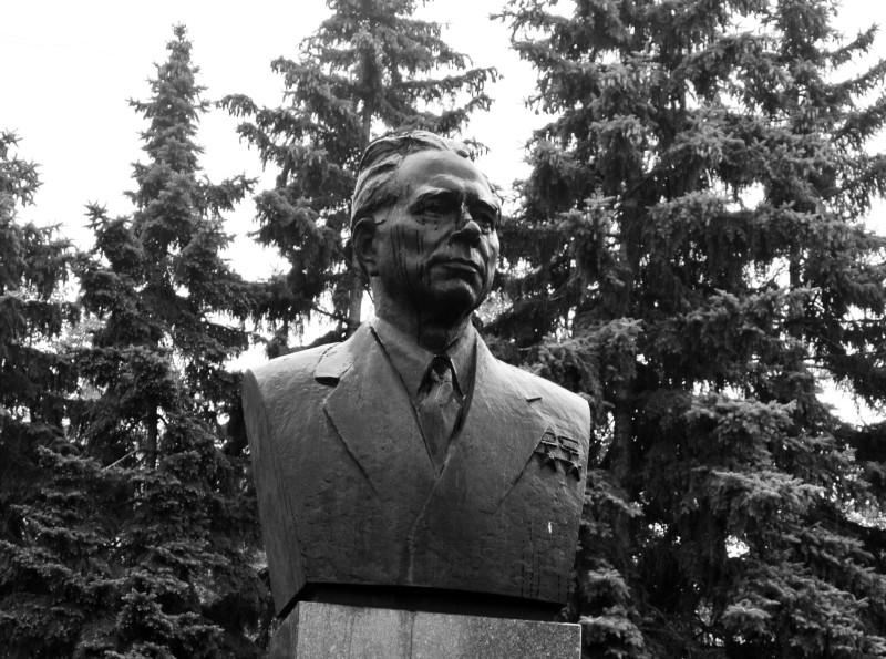 Ot-samarskogo-pamyatnika-dvazhdy-Geroyu-Sotsialisticheskogo-truda-Dmitriyu-Ustinovu-do-memoriala-385-metrov