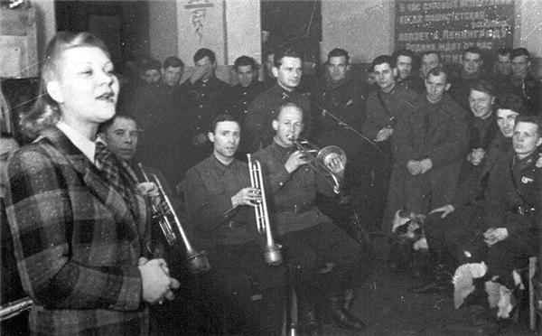 Выступление_Клавдии_Шульженко_перед_бойцами._Ленинградский_фронт,_1941_год