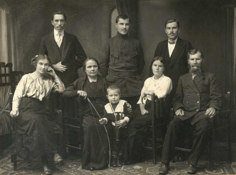mihail-gerasimov-v-krugu-rodstvennikov-1915