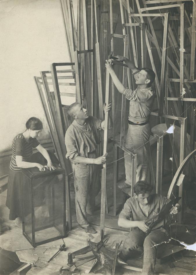 Татлин с ассистентами работают над башней. 1920